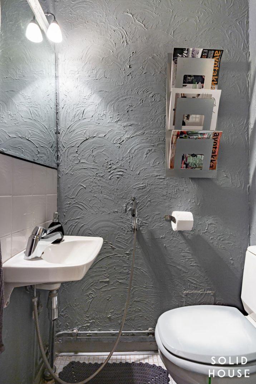 Erillinen wc helpottaa arkea. Pikku-wc:ssä on tunnelmaa tumman seinän ansiosta