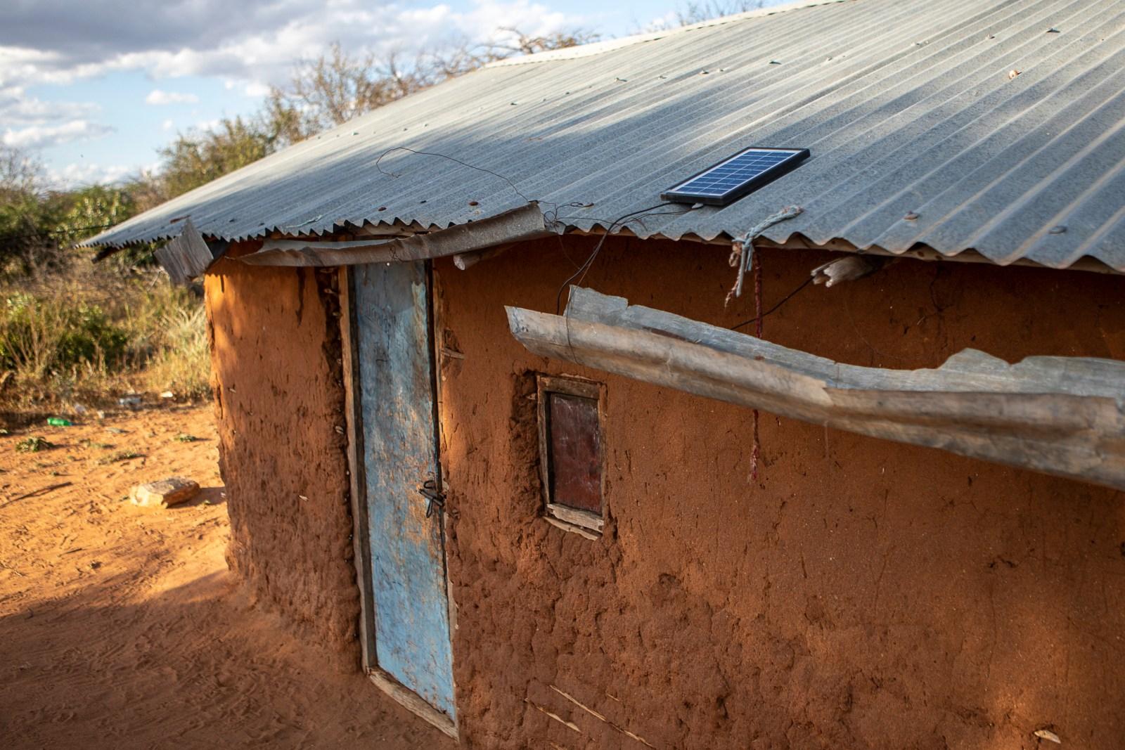 Bild från förra året där en bonde hade en solpanel på taket för att kunna ha el till belysning och laddning av mobiltelefon.