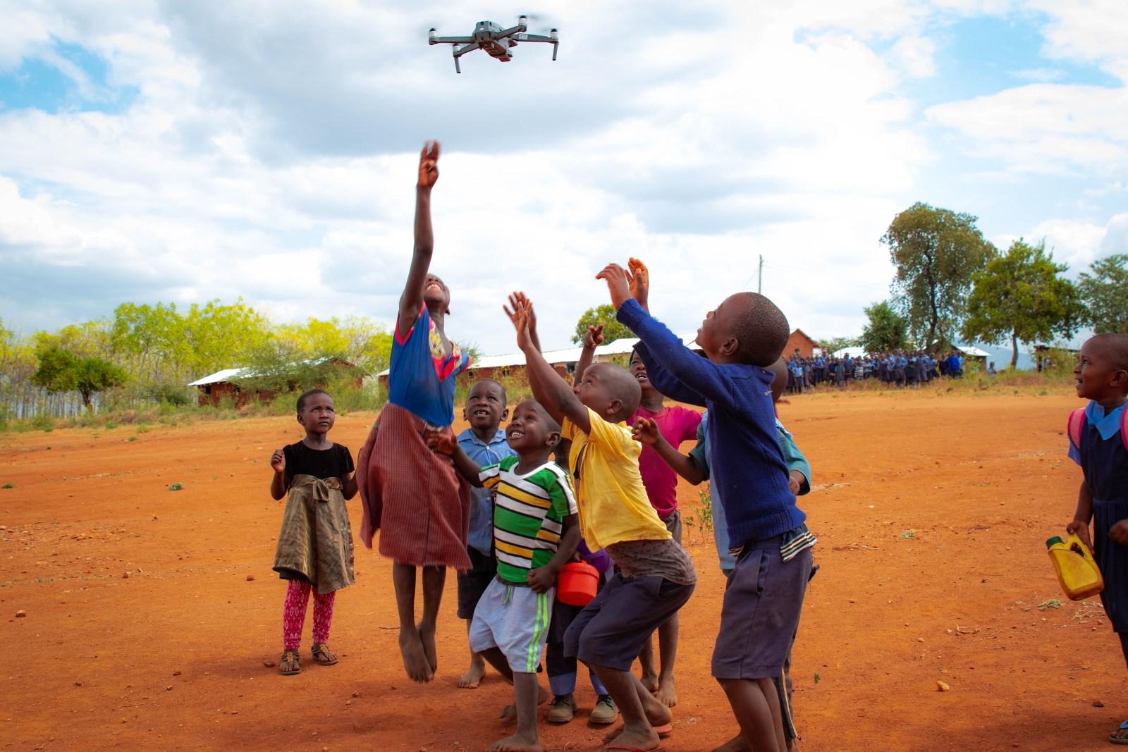 Barnen tyckte det var enormt roligt med drönaren. Flera av dem frågade om det satt en liten människa inuti den och styrde. Utanför Kiambere-plantagen i juni 2019.