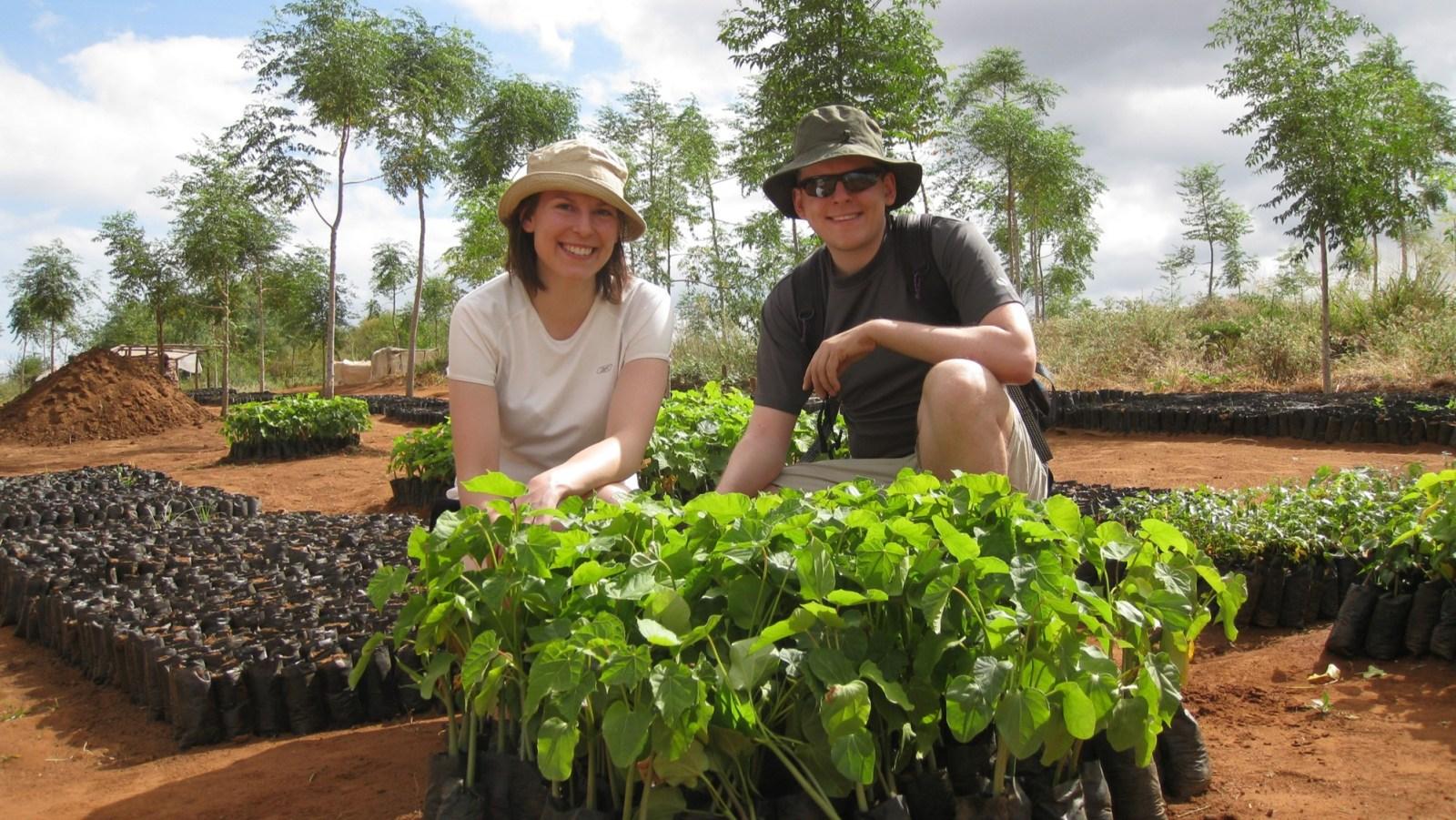 Den här bilden är från plantskolan i Kiambere 2008. Då var kapaciteten ca 10 000 plantor per säsong. Idag är den över 1 200 000 plantor per säsong. Notera att vi står på samma ställe som i nästa bild.