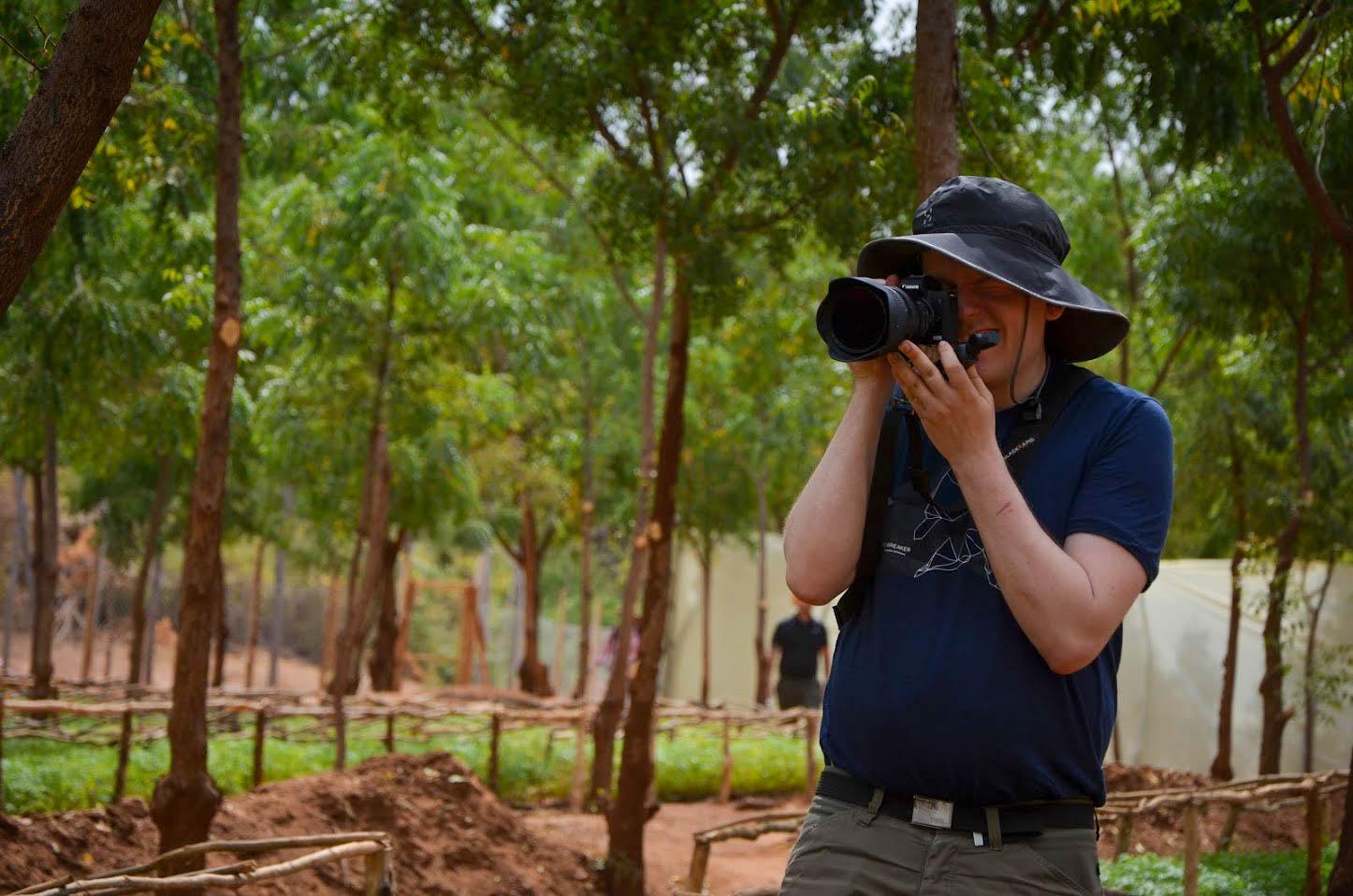 Undertecknad fotograferar i plantskolan i Kiambere