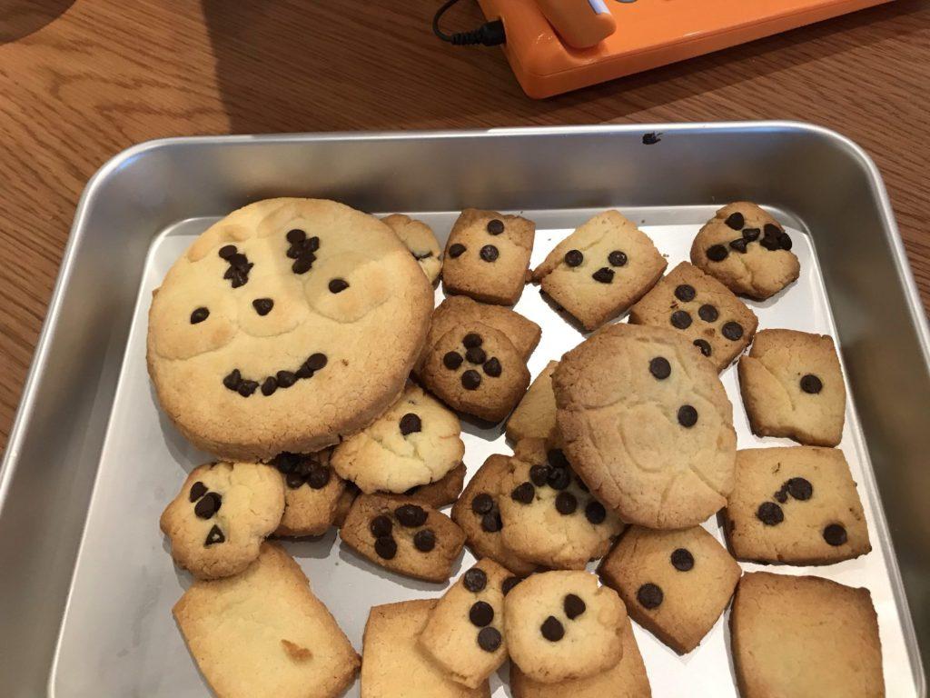 完成したクッキーとアンパンマン