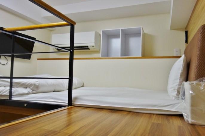 寝床にはテレビと冷房完備