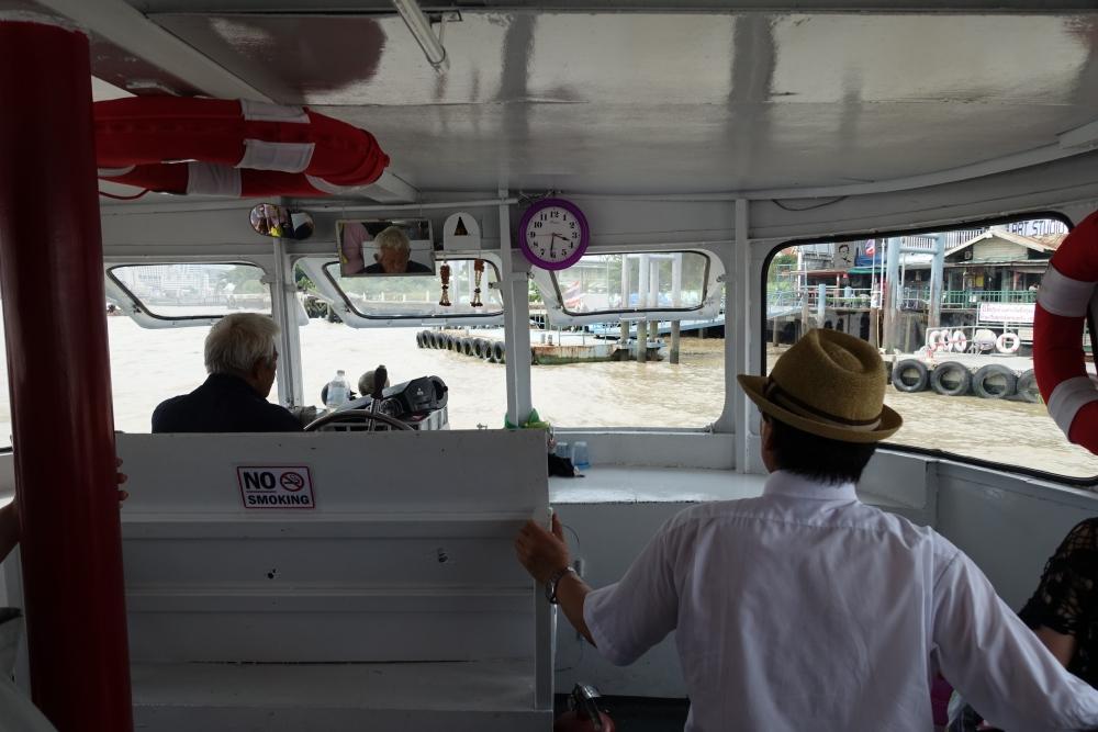 ワット・ポーに行く渡し船から見る景色