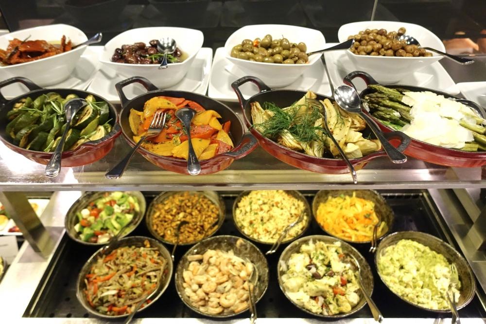 ルフトハンザ航空ファーストクラスターミナルのレストランビュッフェ台(温菜)