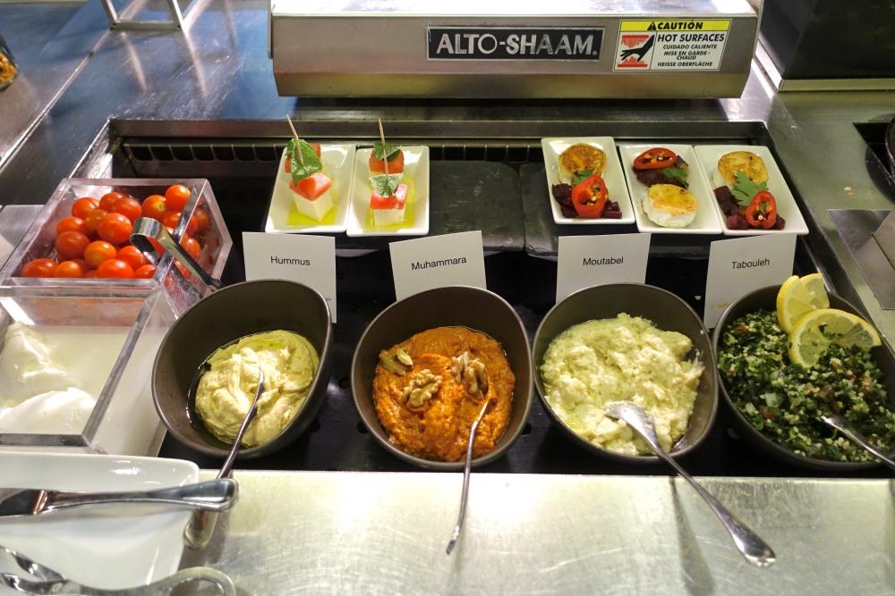 ルフトハンザ航空ファーストクラスターミナルのレストランビュッフェ台(イスラム料理)