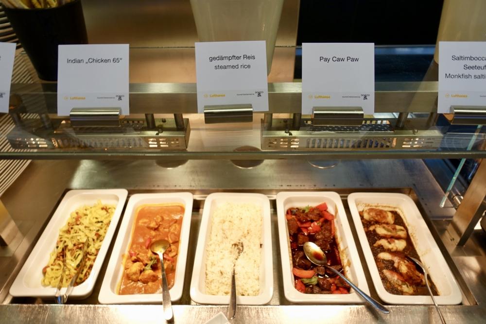 ルフトハンザ航空ファーストクラスターミナルのレストランビュッフェ台(魚料理)