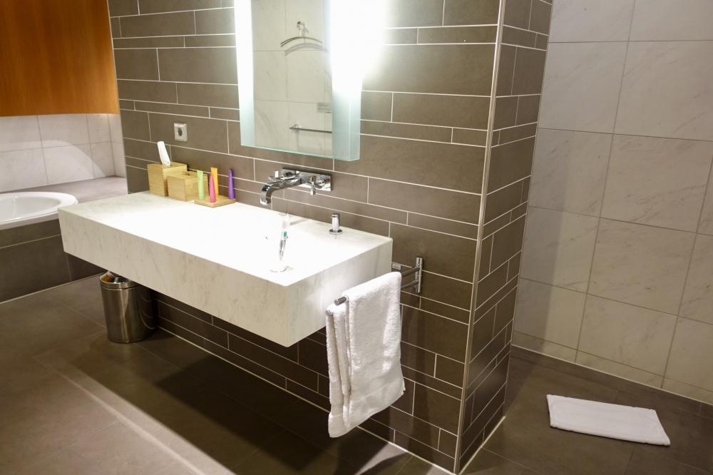 ルフトハンザ航空ファーストクラスターミナルのバスルーム洗面台