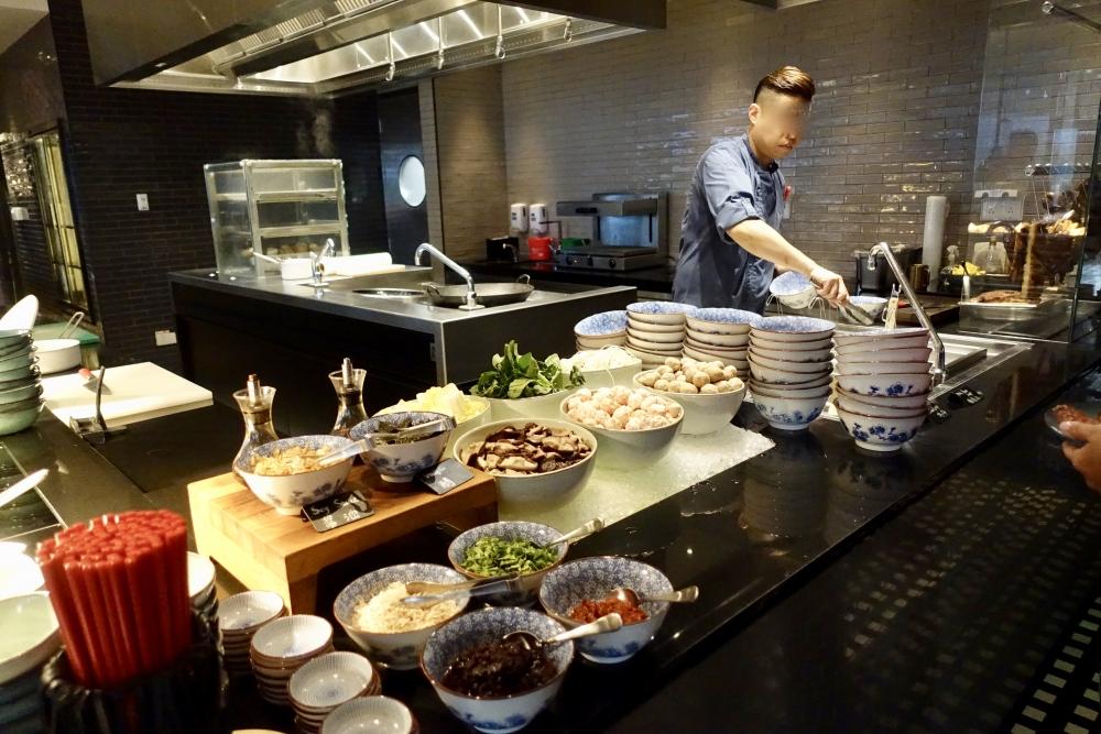 W上海  The Kitchen Table 朝食ブッフェ 中華麺