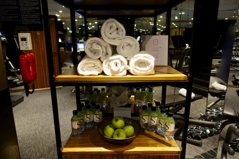 パリ・ル・ロックホテルアンドスパ地下ジムにもミネラルウォーターや果物あり