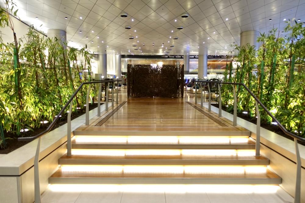 カタール航空ビジネスラウンジの中央エリア階段