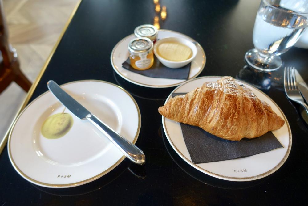 ロンドン・グレートノーザンホテル朝食会場:PLUM&SPILT MILKパン
