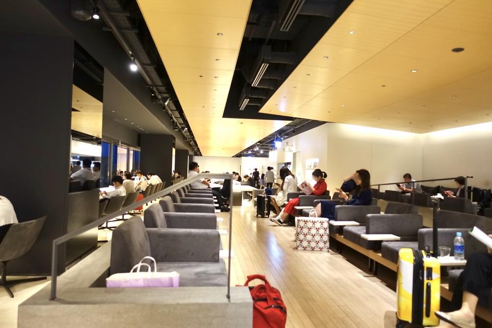 羽田空港第1ターミナルPOWERラウンジ奥から入口側を見た図