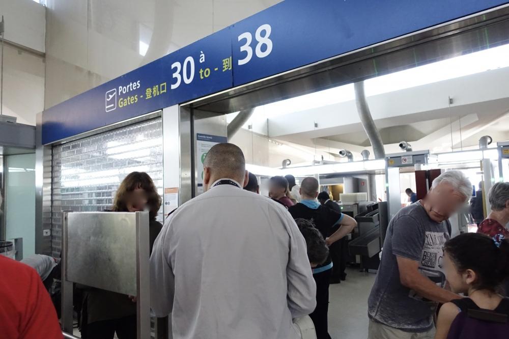 シャルル・ド・ゴール空港搭乗口前手荷物検査場通常レーン