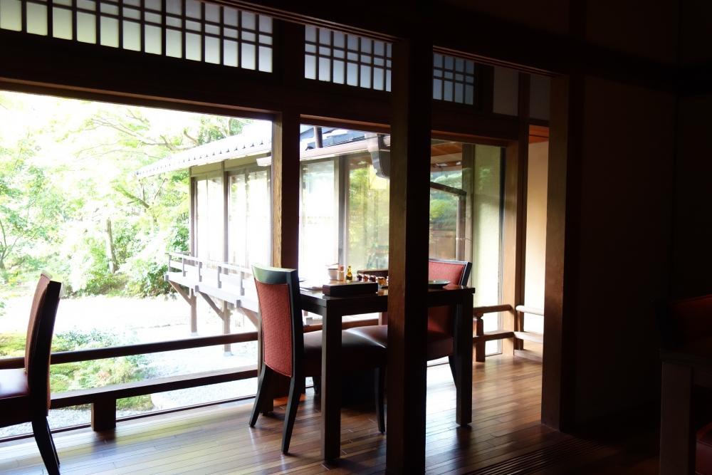 翠嵐ラグジュアリーコレクションホテル京都レストラン京翠嵐窓側の席からは緑を臨む