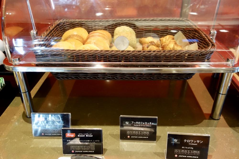 那覇空港JALダイヤモンドプレミアラウンジパンは2店とコラボ