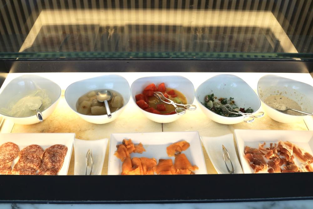 香港国際空港キャセイパシフィック航空ザ・ウィングファーストクラスラウンジのダイニングスペースブッフェの前菜