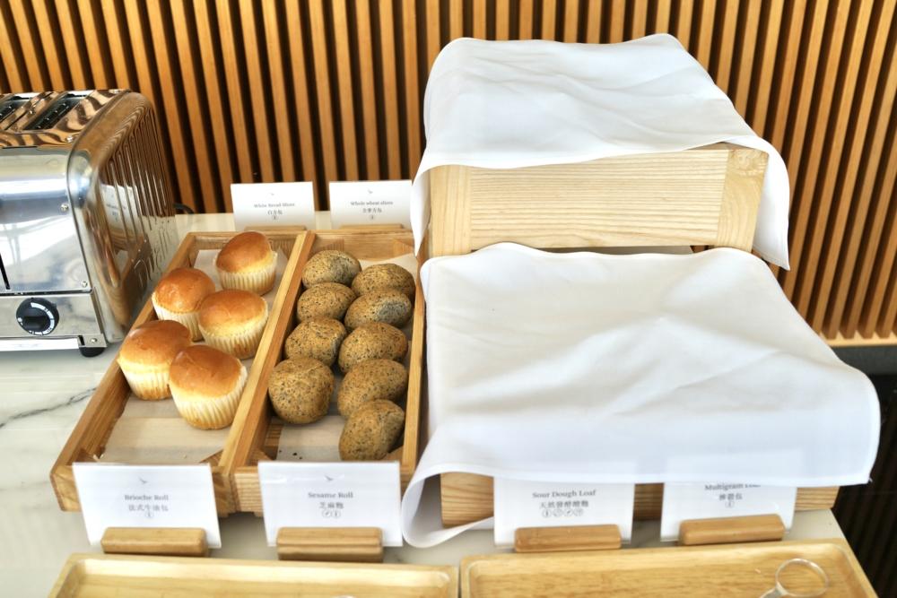 香港国際空港キャセイパシフィック航空ザ・ウィングファーストクラスラウンジのダイニングスペースブッフェのパン