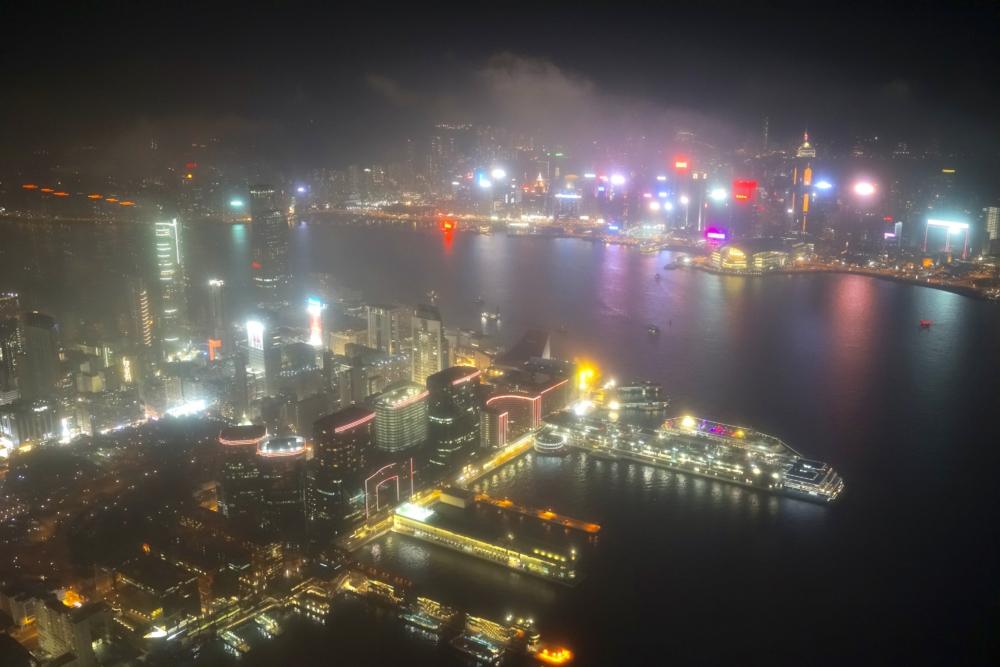 リッツ・カールトン香港デラックススイートリビングルームから見える香港島の夜景