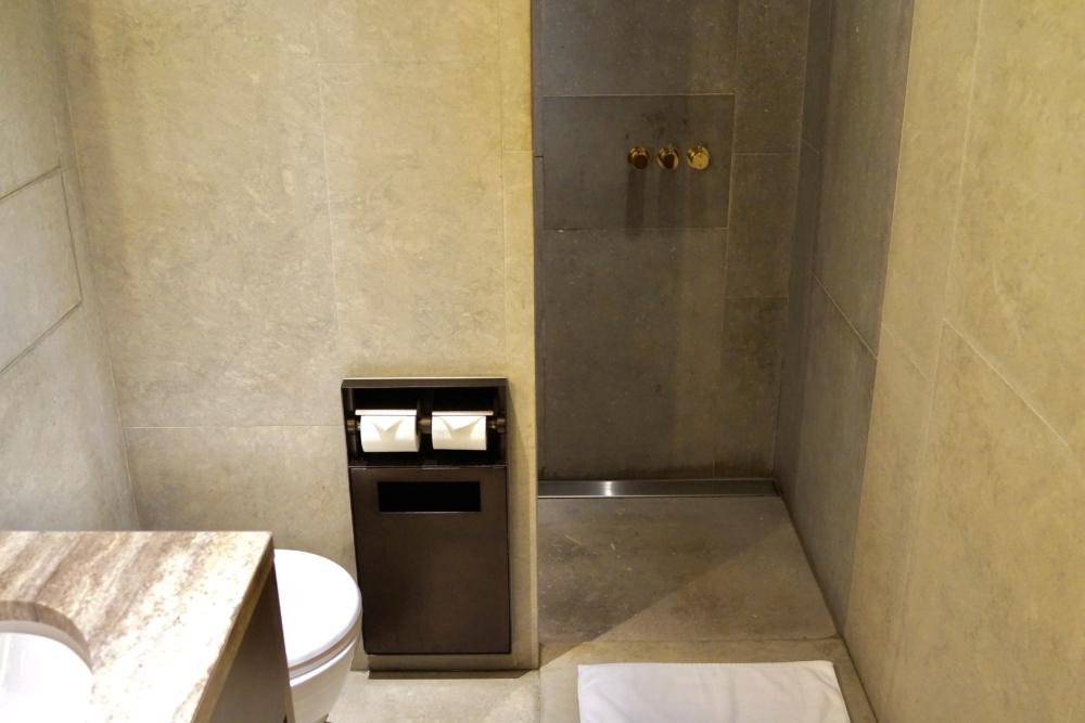 香港国際空港キャセイパシフィック航空「ザ・デッキ」ラウンジのシャワー室