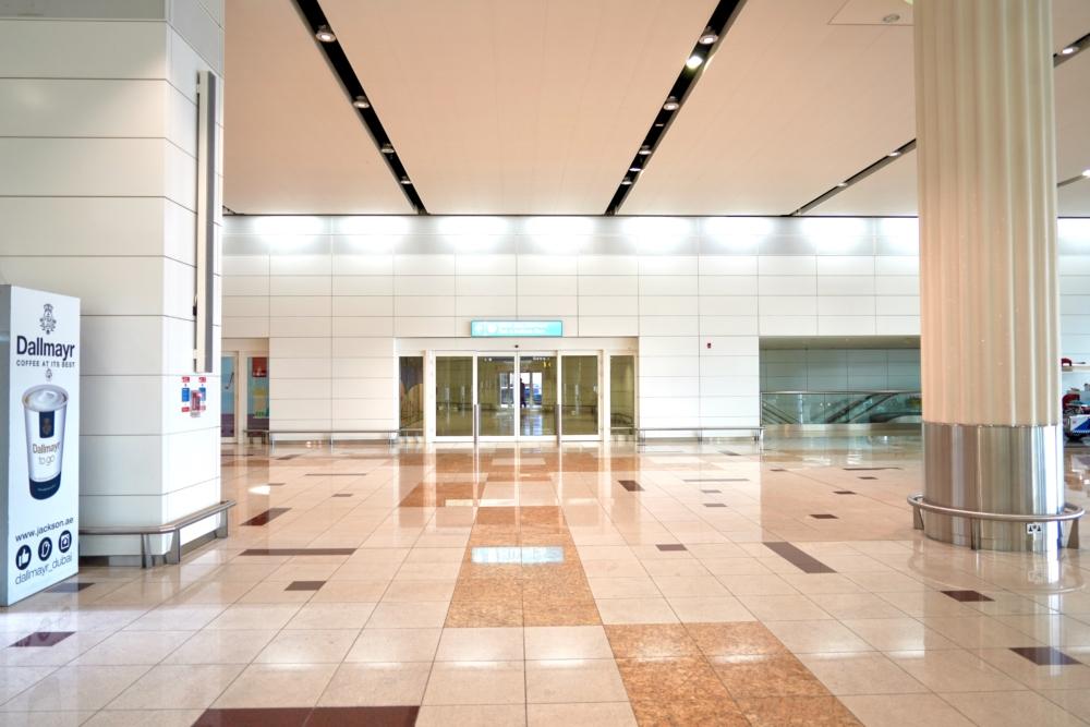 ドバイ国際空港・エミレーツ航空ファーストクラスチェックインカウンターへ