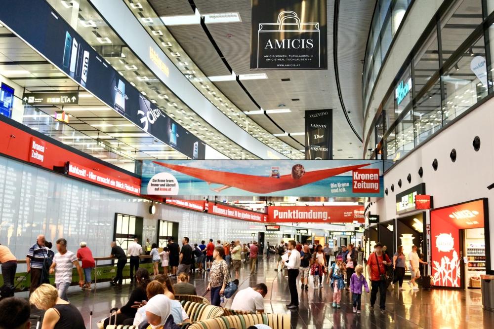 ウィーン国際空港に到着