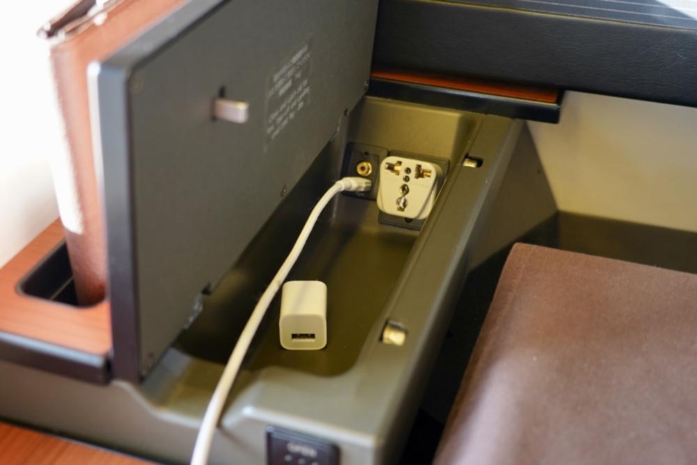 JAL国際線ファーストクラス:シートモニター左下の電源付きスペース