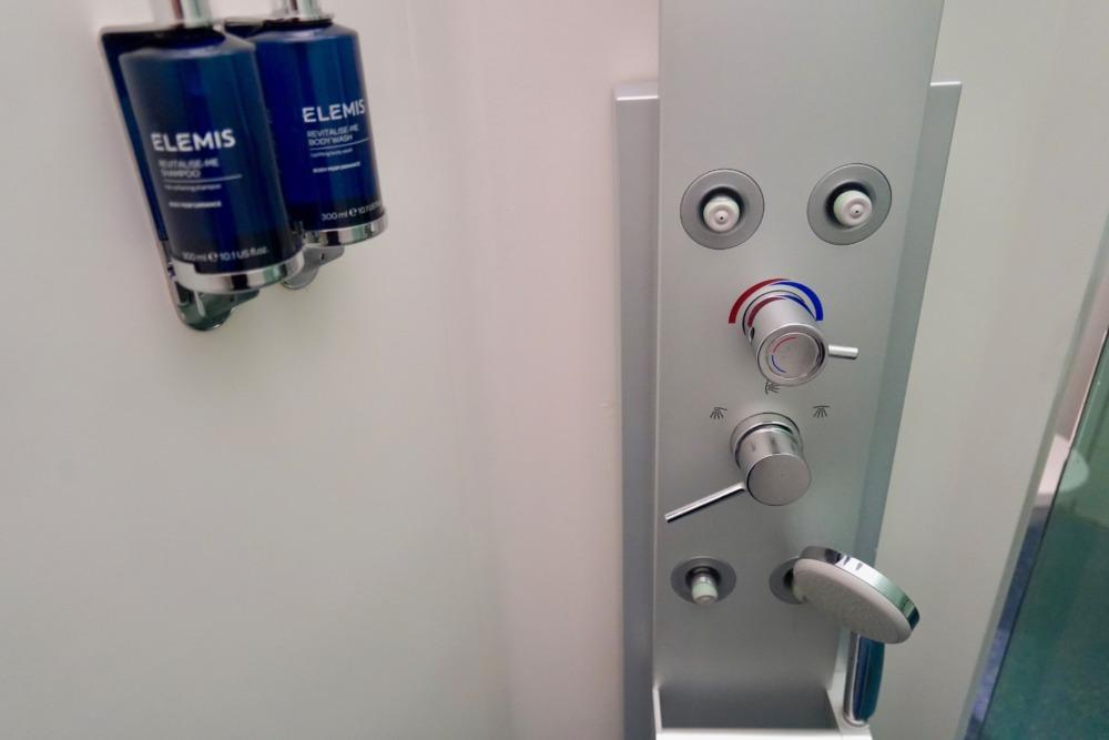 ロンドン・ヒースロー空港ターミナル5アライバルラウンジのシャワールーム・シャワーブースの様子