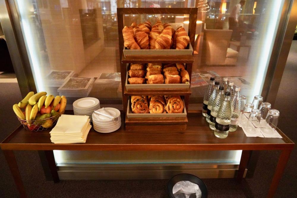 ロンドン・ヒースロー空港コンコルドルーム・セルフ式のパンと水