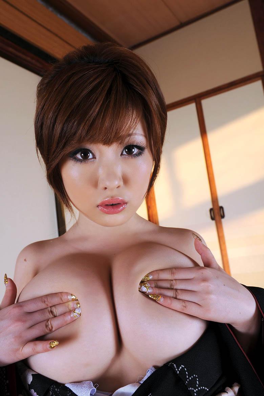 Rio Hamasaki hides her nipples!