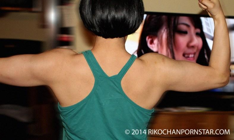 FBB Rikochan shows off her delts progress.