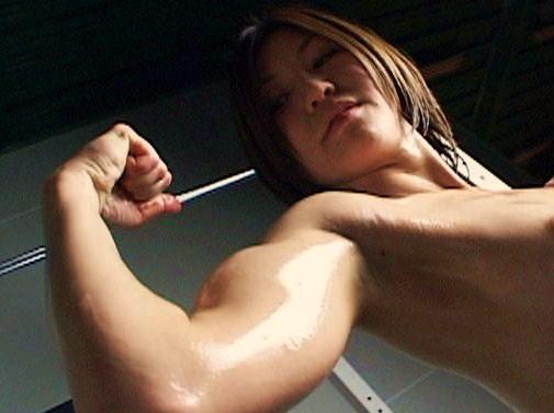 Muscular JAV star Ryoko Yoshida