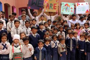 Dette er noen av de 120 barna på skolen i Pakistan som vi støtter.