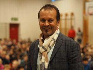 Rektor Frode Sømme foran 450 priviligerte elever som har fått verktøy til økt læring