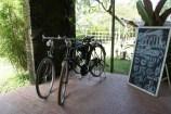 Sepeda kumbang di depan cafe