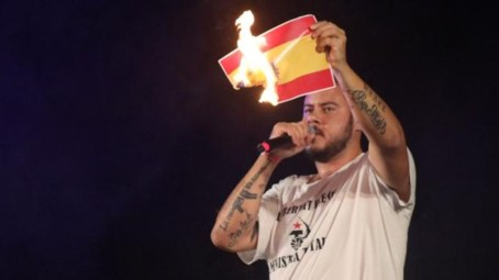 Pablo Hasél quema bandera de España