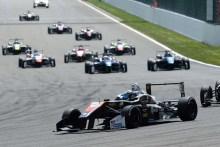Harrison Scott (RP Motorsport) vuela hacia la victoria en Spa