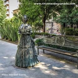 MONUMENTO A EUGENIA DE MONTIJO Eugenia de Montijo / qué pena, pena, / que te vayas de España / para ser reina