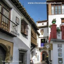 CASA DE LOS MASCARONES Debe su nombre a dos rostros barbudos tallados en piedra que penden de su fachada