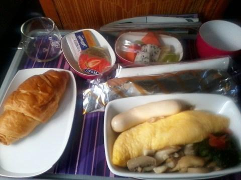 menu di pesawat, yang terkadang rasanya cukup 'ajaib' :P
