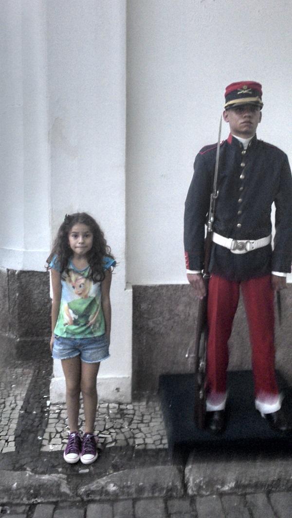 As crianças adoram imitar o soldado