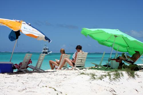 Cadeira, guarda-sol e uma geladeirinha: o suficiente para passar uma tarde em Cayo de Agua