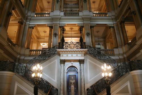 Foyer do Teatro Municipal: vazio quando deveria estar explodindo em comemorações pelos seus 100 anos