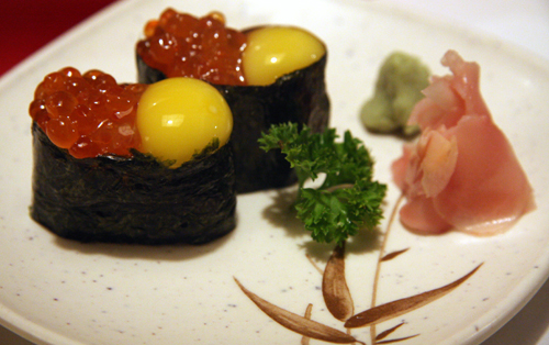 Sushi com ovo de codorna e ovas: ótimo, mas nem era o Ueda que fazia