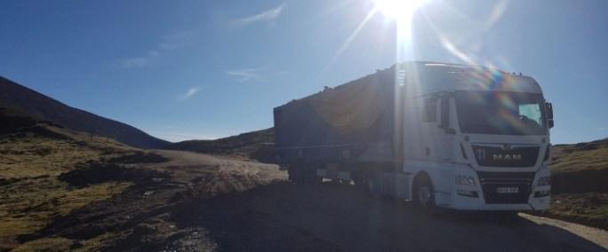 Camión perdido en la carretera