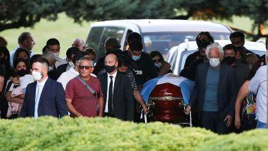 Photo of En una ceremonia íntima, inhumaron los restos de Diego Maradona