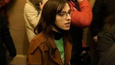 Photo of El FBI acusó a una joven que irrumpió en el Capitolio de robar una computadora para venderla a Rusia