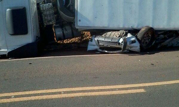 Resultado de imagem para Acidente termina com caminhão baú esmagando carro em rodovia do Maranhão