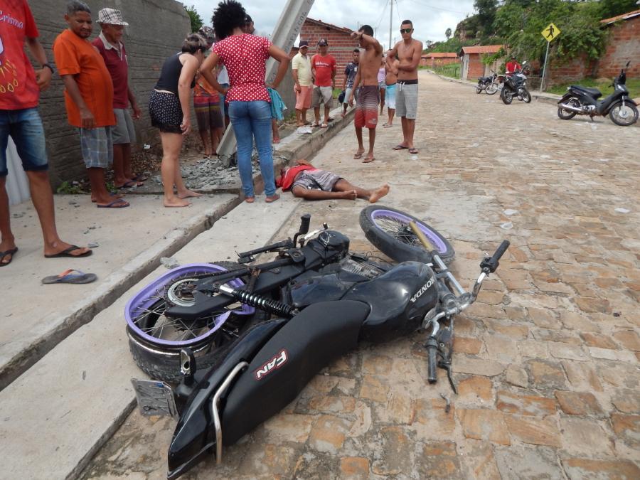 Jovem morre e outro fica ferido após moto colidir contra poste no Piauí