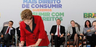 Brazilian President Dilma Rousseff signs up to the new National Consumer and Citizen Plan, photo by Roberto Stuckert Filho/PR.